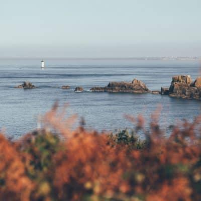 Vue océan avec un phare en arrière plan
