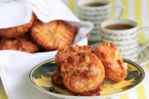 Assiette de kouign amann avec des tasses de café