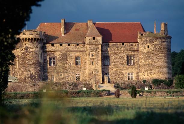 Façade du château médiéval de Saint-Saturnin en Auvergne