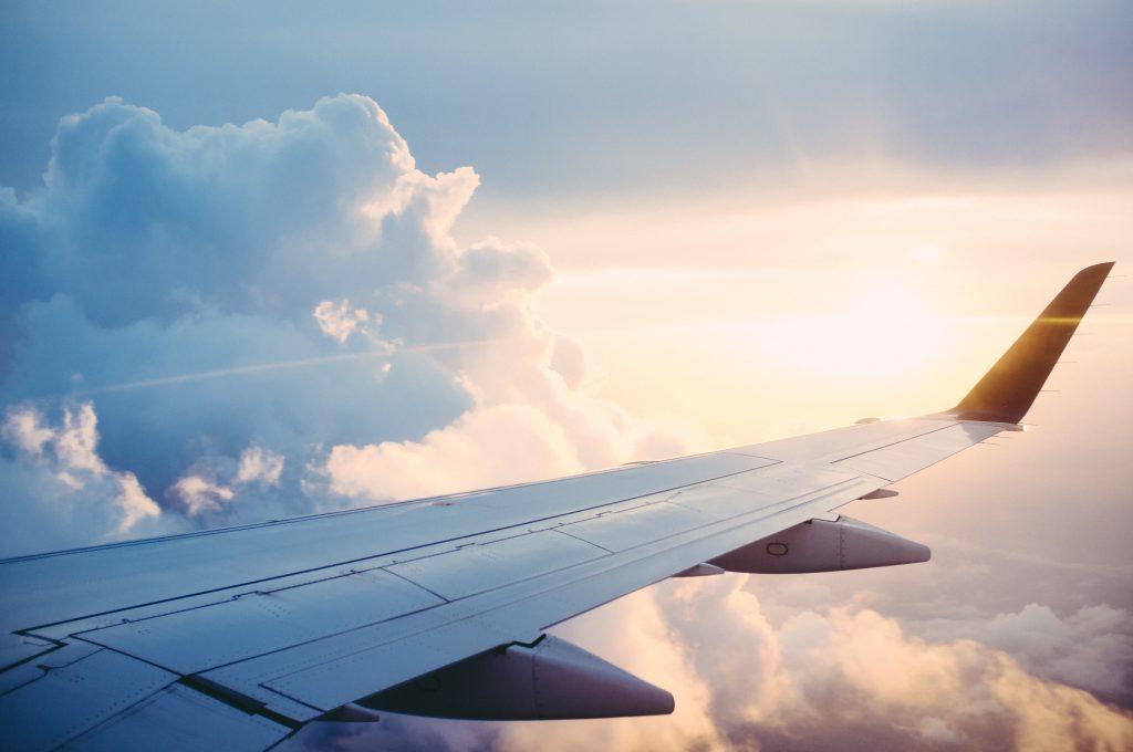 Gros plan sur l'aile d'un avion en plein vol