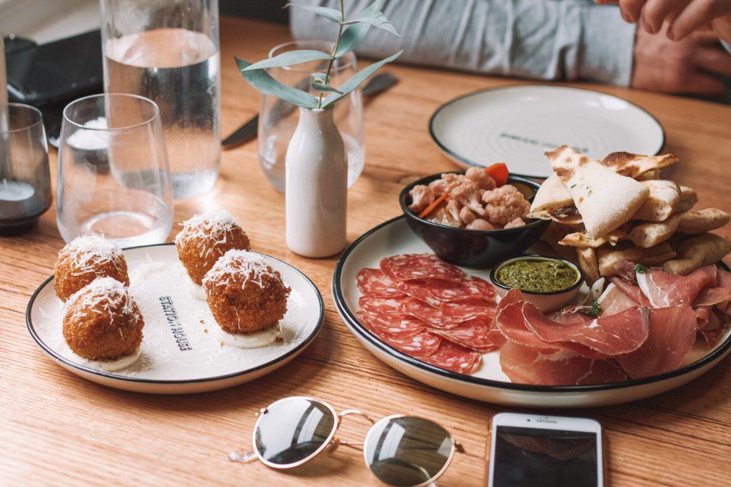Assiettes de tapas sur une table en bois