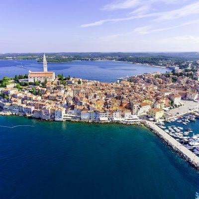 Vue de la Croatie et d'un port sur la mer Adriatique depuis les airs