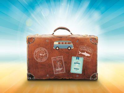 vieille valise avec des autocollants dessus
