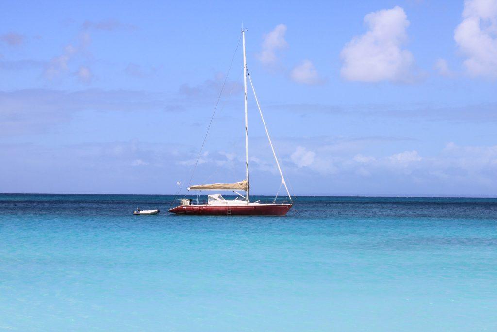 Eau turquoise de la mer des Caraïbes en Guadeloupe