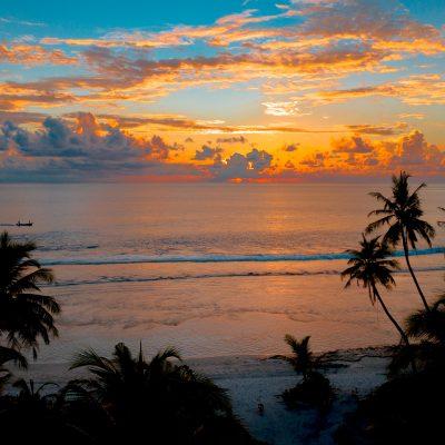 Coucher de soleil sur une plage des DOM TOM